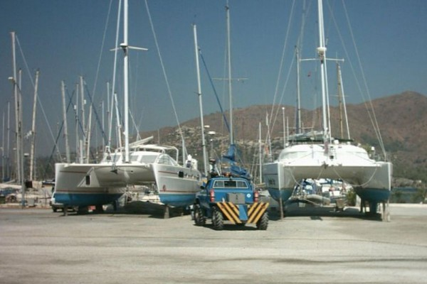 Katamarane_an_Land_in_der_Marmaris_Marina